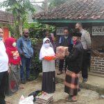 Satgas Covid-19 Desa Cibodas Serahkan Bantuan Kepada Warga Yang Menjalani Isolasi Mandiri